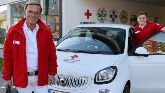 Impfarzt Thomas Wurm und Zivildiener Lorenz Griesser besuchen Patienten in der Stadt Salzburg zu Hause, um sie mit dem Corona-Impfstoff zu versorgen. (Bild: Franz Neumayr)