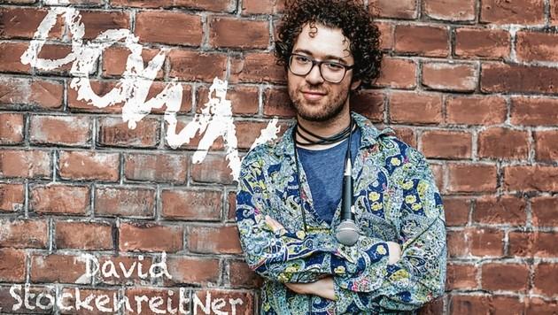 """In nicht pandemischen Zeiten ist der Villacher Comedian David Stockenreitner (30) mit seinem Programm """"Down"""" unterwegs (Bild: zVg)"""