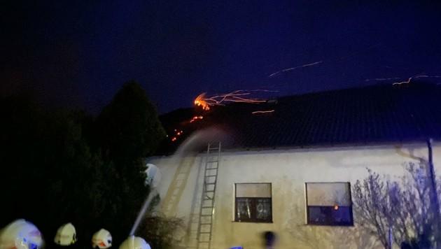 Insgesamt 45 Florianis kämpften gegen die Flammen. (Bild: FF Gattendorf)