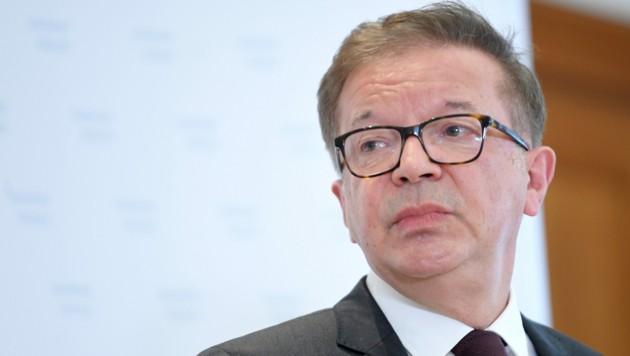 """106 Verordnungen und """"viele, viele Erlässe"""" habe es in seiner Zeit als Minister gegeben, so Anschober. (Bild: APA/ROLAND SCHLAGER)"""