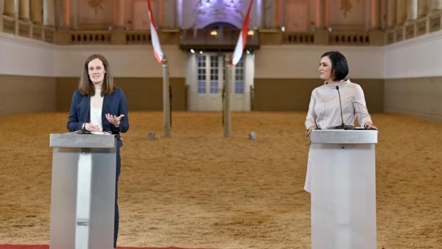 Tourismusministerin Elisabeth Köstinger (r.) und Lisa Weddig (Bild: APA/HERBERT NEUBAUER)