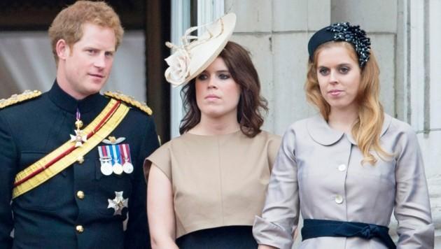 Prinz Harry mit seinen Cousinen Prinzessin Eugenie und Prinzessin Beatrice bei der Geburtstagsparade der Queen im Jahr 2014 (Bild: Patrick van Katwijk / dpa / picturedesk.com)