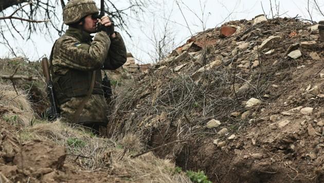 Ein ukrainischer Soldat beobachtet Feindbewegungen an der Frontlinie in der Ostukraine. (Bild: AP)