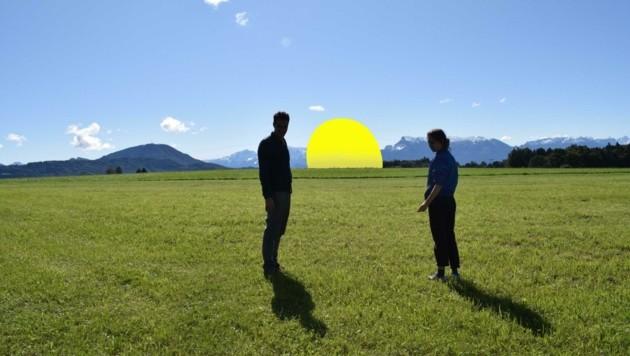 Zwischen Seekirchen und Obertrum wird die Hülle eines alten Heißluftballons zum Kunstobjekt. (Bild: Matschke/Pech)