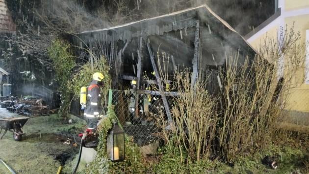 Ein Teil der Scheune brannte total aus. Die Feuerwehren schafften es, ein Übergreifen der Flammen zu verhindern. (Bild: Feuerwehr der Stadt Schrems)