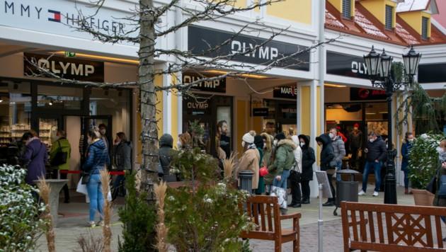 Shopping-Schlangen im Outlet Parndorf (Archivbild) (Bild: Charlotte Titz)