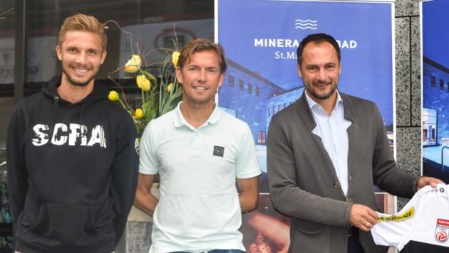 Philipp Netzer (li.) als Nachfolger von Christian Möckel (re.)? Ein Schmäh, bei dem sogar Ex-Trainer Alex Pastoor (M.) grinsen muss. (Bild: Maurice Shourot)