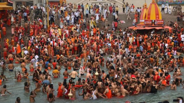 Beim Kumbh-Mela-Fest feierten 50.000 Menschen in Indien - ohne auf die Corona-Abstandsregeln zu achten oder eine Maske zu tragen. (Bild: AP)