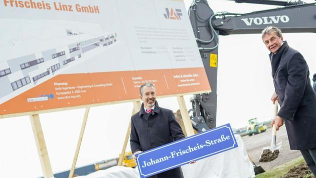 Zehn Millionen Euro investiert J. u. A. Frischeis - hier Christoph Kapeller (l.) und Werner Stix (r.) - in den neuen Standort in St. Florian. (Bild: Markus Wenzel)