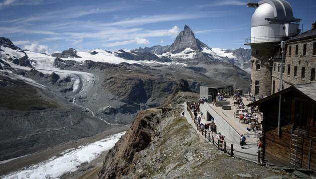 Die Schweiz lockert die Corona-Maßnahmen und öffnet zumindest die Außen-Gastronomie. (Bild: AFP)