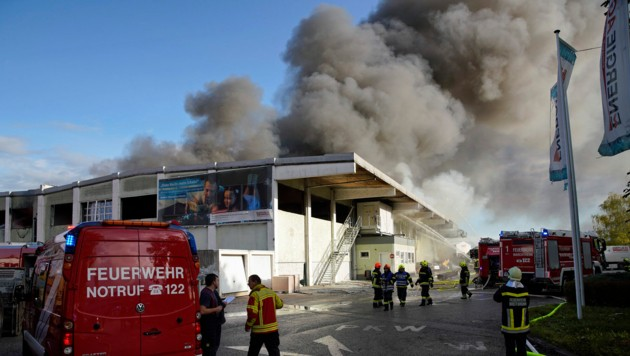 Nach der Explosion stieg eine Rauchsäule über der Sortieranlage in Hörsching auf. 18 Feuerwehren waren im Einsatz. (Bild: gewefoto - Gerhard Wenzel)