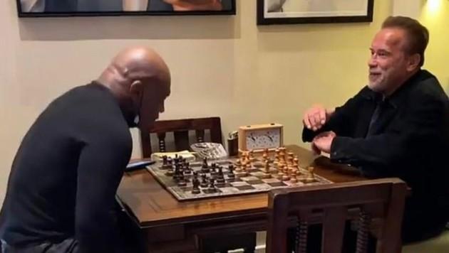 Arnold Schwarzenegger spielte mit Mike Tyson eine Partie Schach. (Bild: instagram.com/henry_cejudo)