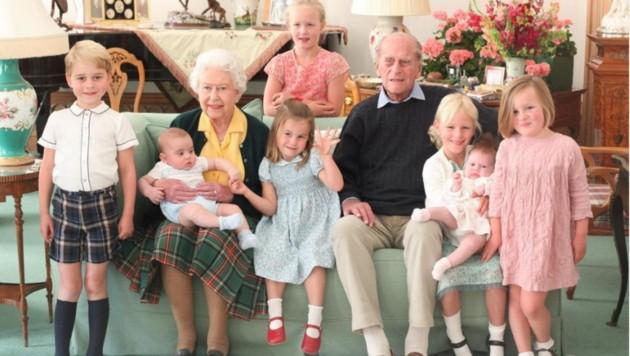 Prinz Philip und Queen Elizabeth umgeben von sieben ihrer Urenkel. (Bild: instagram.com/kensingtonroyal)