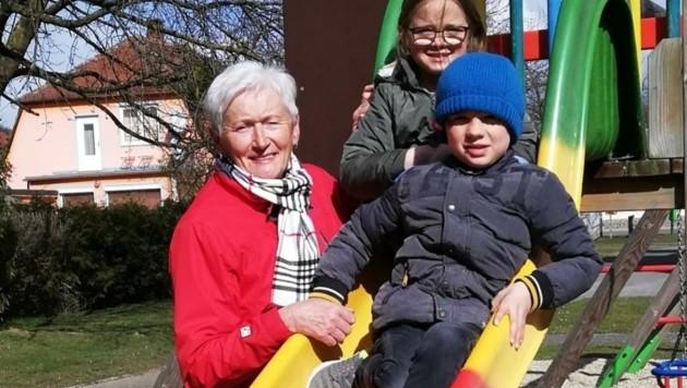 """Irene Weber mit Emma und Theo. Die beiden haben ihre """"Leih-Oma"""" ins Herz geschlossen. (Bild: Nachbarschaftshilfe Plus)"""