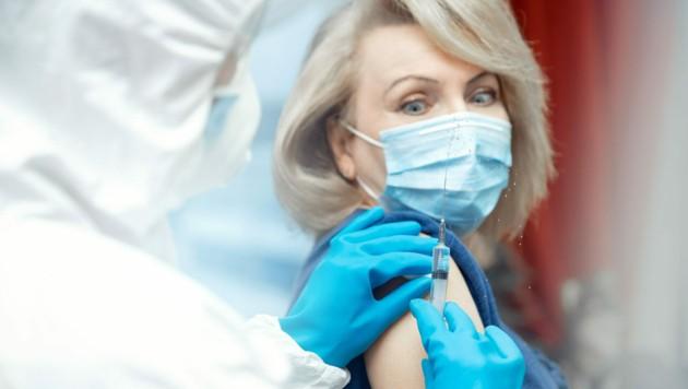 People vaccination phobia concept. Senior elderly woman refuses syringe with vaccine. (Bild: Parilov/stock.adobe.com)