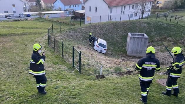 15 Mann der Feuerwehr Ligist waren knapp zwei Stunden mit der Pkw-Bergung beschäftigt. (Bild: FF Ligist)