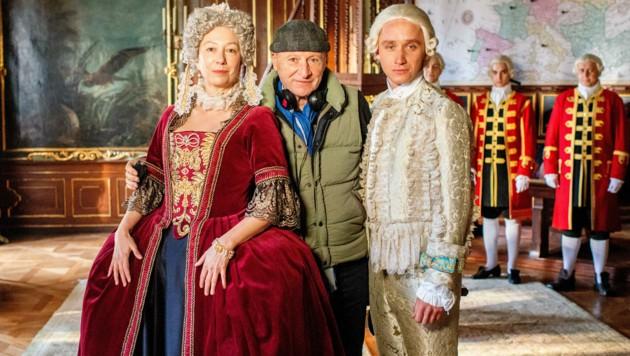 Ursula Strauss als Maria Theresia, Regisseur Robert Dornhelm und Aaron Friesz als Thronfolger Erzherzog Joseph (Bild: ORF)