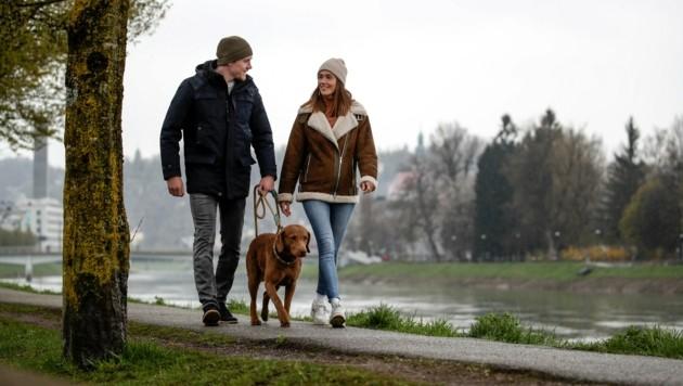 Spaziergang mit Freundin Alina: Goalie Lukas Herzog. (Bild: Tröster Andreas)
