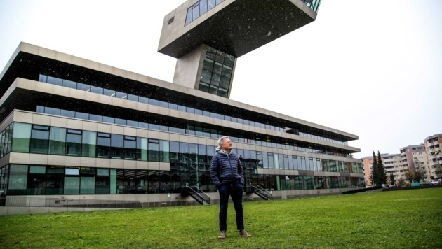 """Rudi Quhenberger vor der """"Tribühne Lehen"""", der Stadtbibliothek, wo einst das Lehener Stadion stand. (Bild: Tröster Andreas)"""
