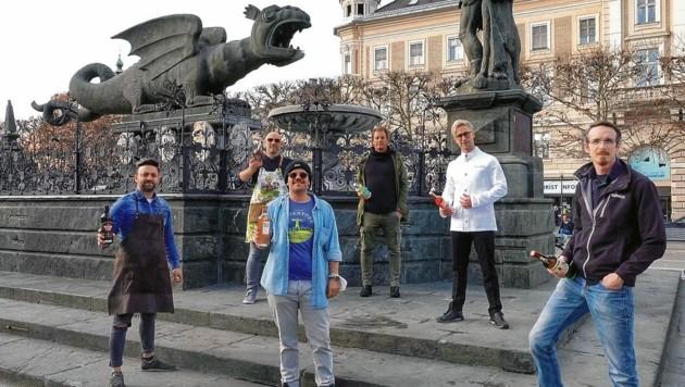 Der Lindwurm und Chefs der sechs beliebten Lokale, die für die Gastro-Öffnung plädieren. (Bild: Igor Vasiljevic)