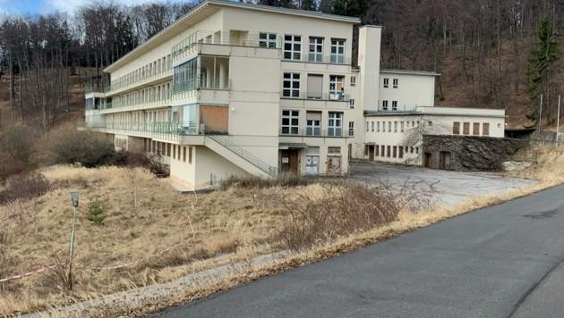 Betreten streng verboten: Dennoch lockt die ehemalige Lungenheilanstalt Hirschenstein regelmäßig Neugierige ins Südburgenland. (Bild: Schulter Christian)