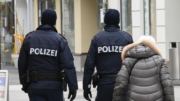 Mehrere Beamten brachten den Mann unter Kontrolle. (Symbolbild) (Bild: P. Huber)