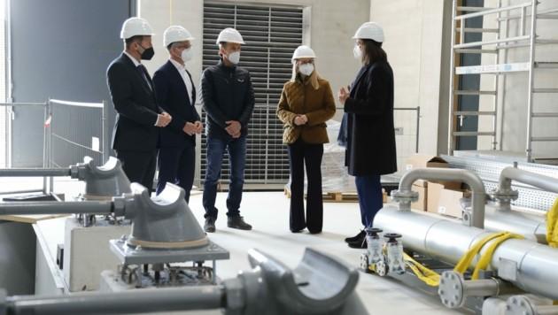 Konkrete Anwendungen modernster Wasserstoff-Technologie interessieren die Wirtschaftsministerin (4.v.li). Das Fördervolumen beträgt rund 500 Millionen €. (Bild: Birbaumer Christof)