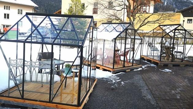 Die Gastronomin kaufte drei Gewächshäuschen und funktionierte sie zu kleinen Gastgärten aus Glas um. (Bild: Michaela Hagn)