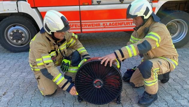 Für 50 Minuten Einsatzzeit reicht der Akku des Hochleistungslüfters, der zur Not auch ans Stromnetz angesteckt werden kann. (Bild: Manuela Karner)