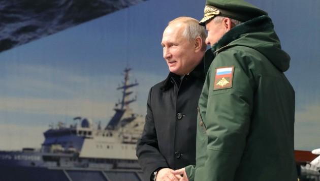 Der russische Präsident Wladimir Putin verschärft den Konflikt mit der Ukraine weiter und schickte nun 15 Kriegsschiffe ins Schwarze Meer. (Bild: AFP)