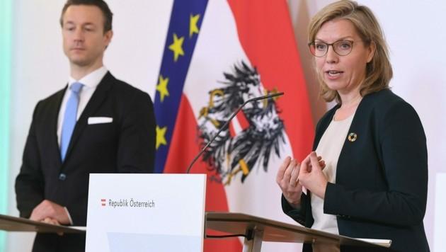Finanzminister Gernot Blümel (ÖVP) und Infrastrukturministerin Leonore Gewessler (Grüne) stellten einige Projekte des Wiederaufbaufonds vor. (Bild: APA/HELMUT FOHRINGER)