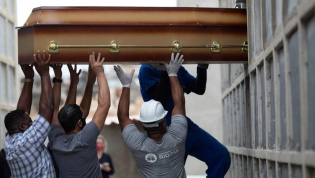 Laut der Johns-Hopkins-Universität starben weltweit schon mehr als drei Millionen Menschen an Covid-19. (Bild: AP)