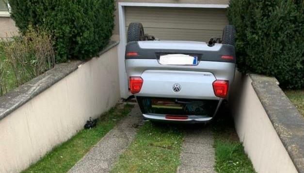 Auf dem Dach landete der Pkw in der Garageneinfahrt. Der Lenker blieb zum Glück unverletzt. (Bild: FF Sierndorf)