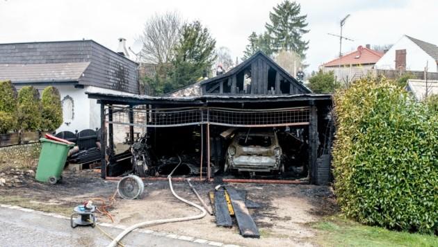 Auto und Motorrad verbrannten im Carport. (Bild: Imre Antal)
