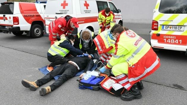 """Rasch und professionell lief die Versorgung der """"Verletzten"""" ab. (Bild: P. Huber)"""