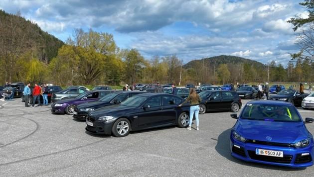 Mehrere Autofans haben sich schon versammelt. (Bild: zVg)
