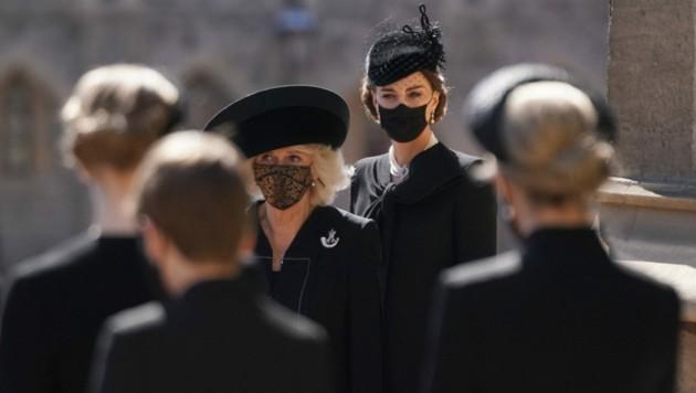 Herzogin Kate und Herzogin Camilla warteten vor der St.-Georgs-Kapelle auf den Trauerzug mit dem Sarg von Prinz Philip. (Bild: AFP)