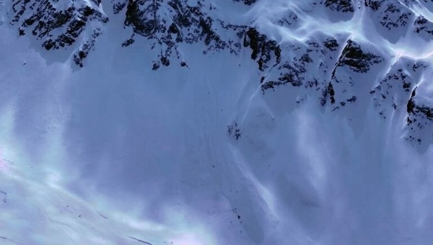 Die Lawine löste sich in 2400 Meter und riss die Männer mit. (Bild: Flugpolizei)