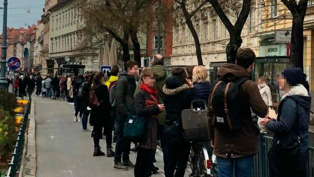 Lange Schlange vor dem Imbissstand. Abstände ..? (Bild: Birgit Samer, krone.at-Grafik)