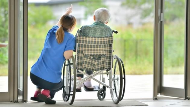 Für diplomierte Pflegekräfte wird künftig der Zugang zur Rot-Weiß-Rot-Karte erleichtert. (Bild: stock.adobe.com)