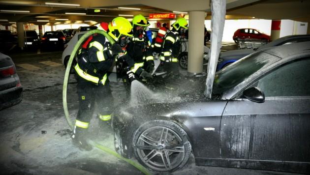 Einsatzkräfte der Feuerwehr Pasching löschten den Autobrand schließlich vollständig ab (Bild: LPD OÖ)