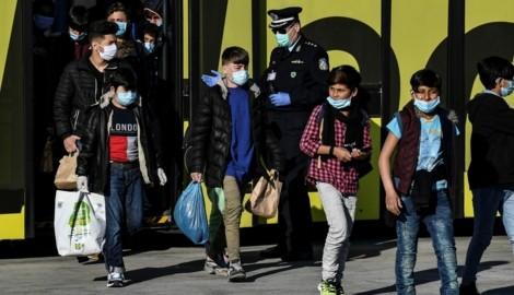 April 2020: Eine Gruppe unbegleiteter Minderjähriger aus griechischen Flüchtlingslagern bei der Ankunft einer Fähre im Hafen von Piräus. Die Minderjährigen wurden nach Deutschland und Luxemburg gebracht. (Bild: AFP)