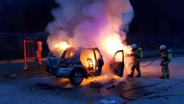 Beim Eintreffen der Feuerwehr stand das Fahrzeug bereits in Vollbrand. (Bild: FF Pfarrwerfen)