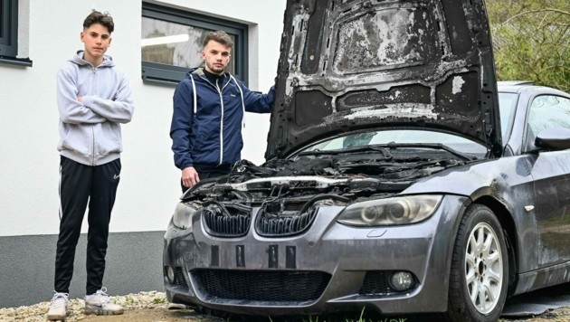 Anel (15) und Amel (21) S. mit dem BMW, der nach einem technischen Defekt ausbrannte (Bild: Alexander Schwarzl)