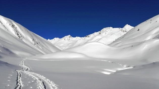 Auf diesem Bild lässt sich der Horlachbach bei Niederthai noch gut erkennen (rechts). Komplett zugeschneit wird er aber zum Risiko. Ein Kartenstudium hilft, das Risiko zu minimieren. (Bild: Peter Freiberger)