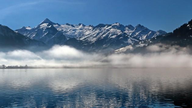 Das Kitzsteinhorn mit seinem ewigen Eis über dem Zeller See: Eine neue Bergwelten-Folge auf ServusTV widmet sich dem Berg. (Bild: Roland Hölzl)