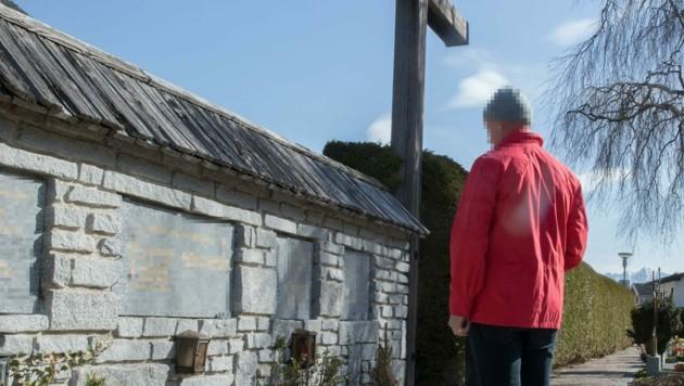 Urnengräber sind in Silz Mangelware, eine Familie kann nach einem Trauerfall nicht abschließen. (Bild: Christian Forcher)