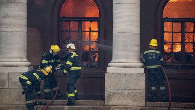 Eine Bibliothek mit historischen Büchern wurde bereits zum Raub der Flammen. (Bild: APA/AFP/RODGER BOSCH)