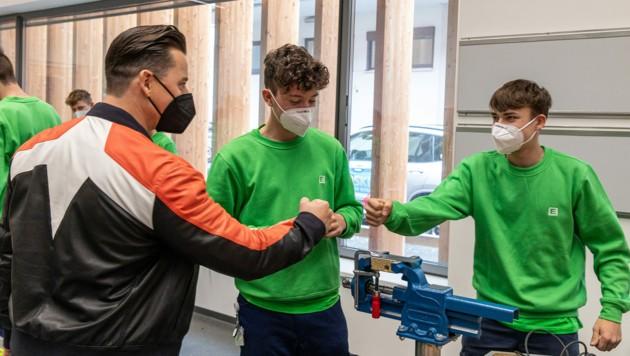 Andreas Gabalier beim Besuch der Lehrlinge (alle wurden zuvor getestet) (Bild: Energie Steiermark)