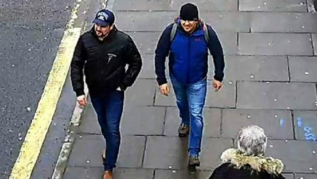 Die beiden Verdächtigen wurden von einer Überwachungskamera in Salisbury gefilmt. (Bild: AP)